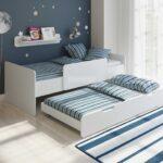 выдвижная кровать с полосатым ковриком