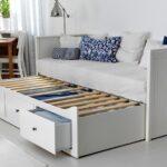 выдвижная кровать с синей подушкой