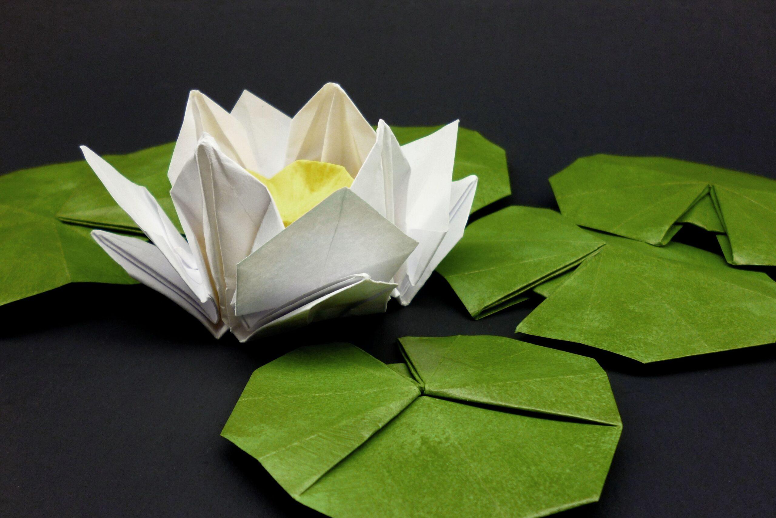 лилия из салфеток