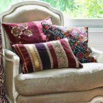 вышитая подушка дома