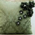 вышитая подушка зеленая