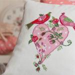 вышитая подушка птицы