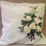 вышитая подушка белая