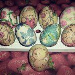 декупаж яйца на столе