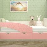 розовая детская кровать с бортиками