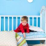 ребенок на детской кровати