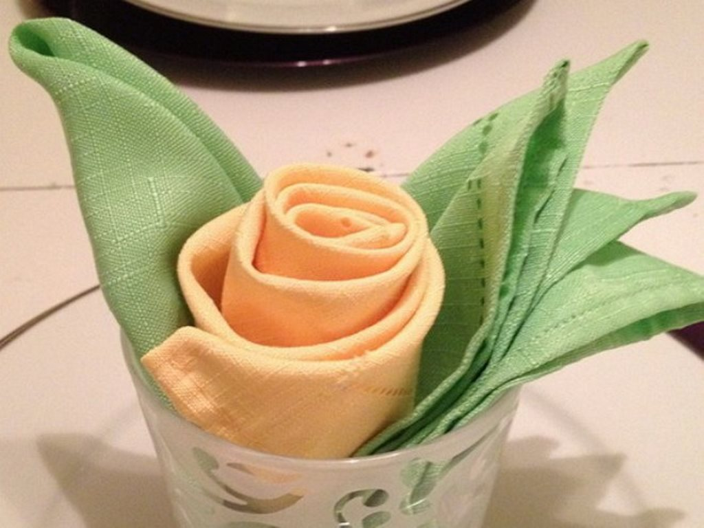роза из салфетки в бокале