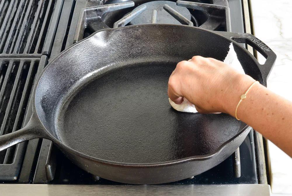 как прокалить сковороду