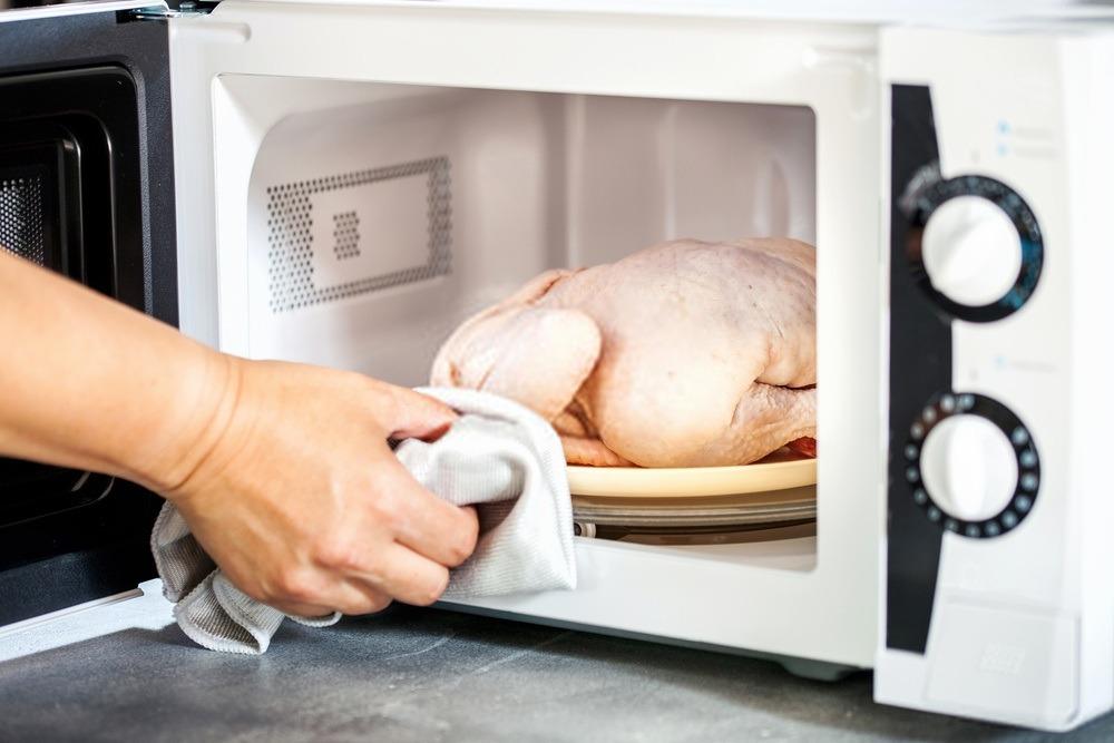 как разморозить курицу в микроволновке