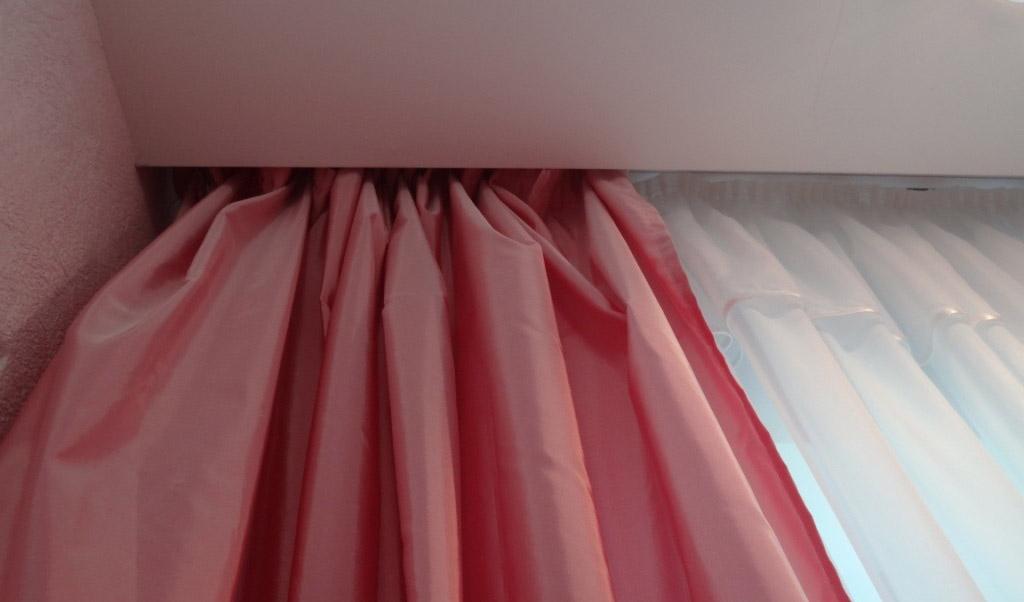 карниз для штор с натяжным потолком дизайн идеи