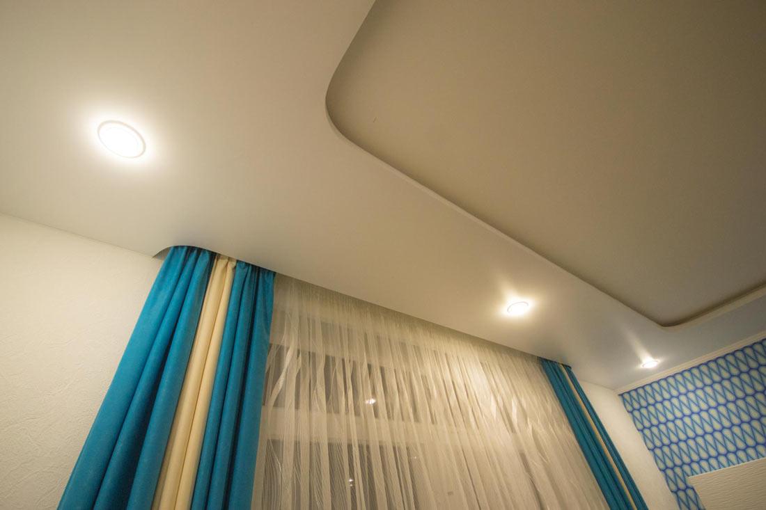 карниз для штор с натяжным потолком фото идеи