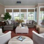 коричневый диван интерьер