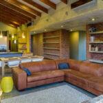 коричневый диван интерьер фото