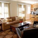 коричневый диван оформление