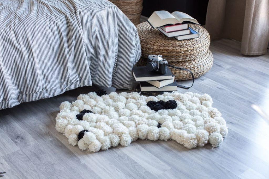 коврик из помпонов оформление