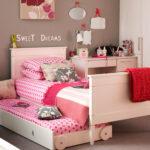 кровать для подростка в розовом интерьере