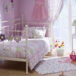 детская кровать в нежно-лиловом интерьере