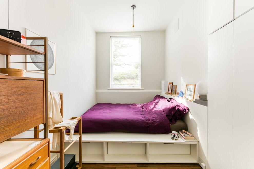 кровать подиум возле окна