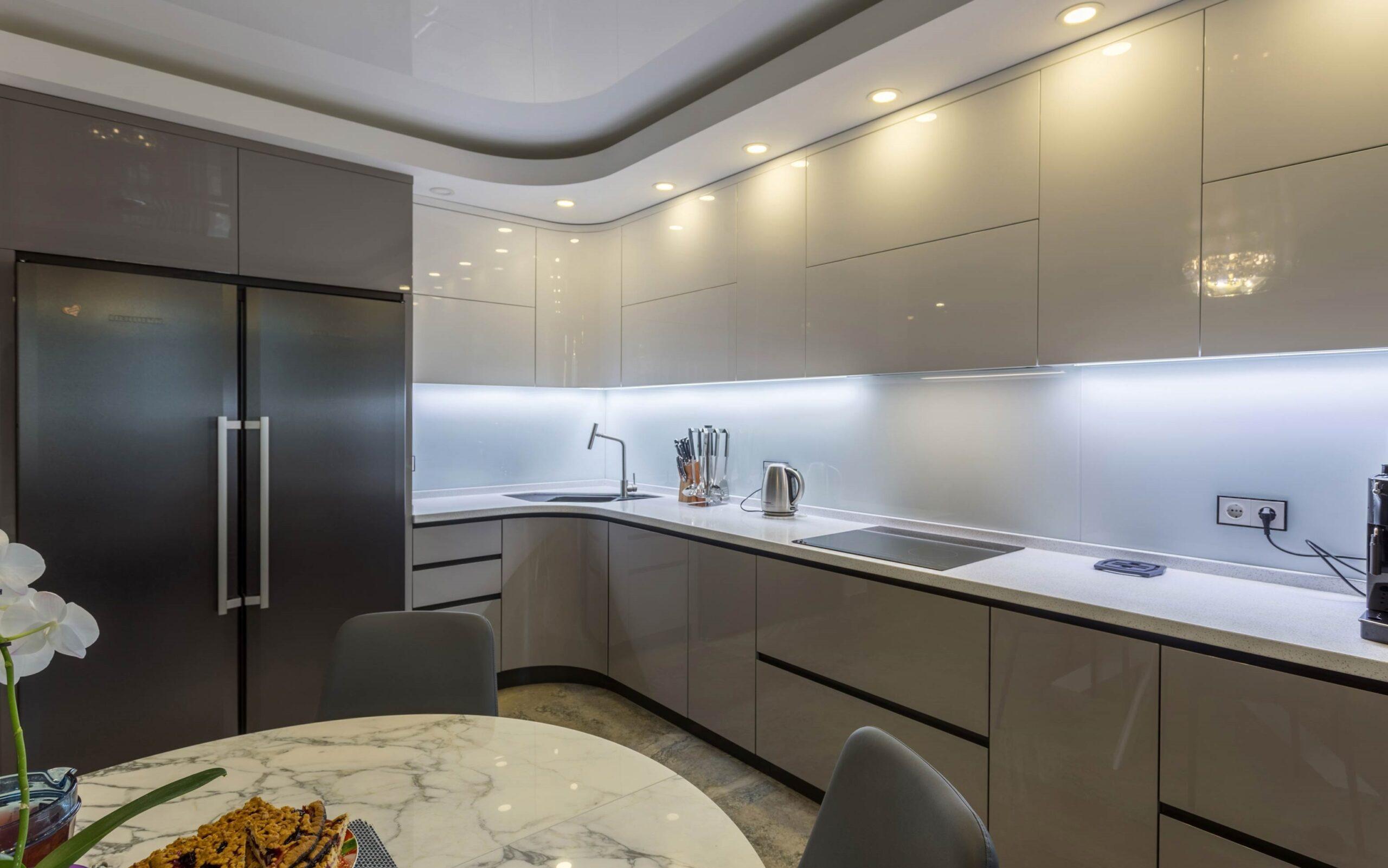 высокие шкафы до потолка в кухне