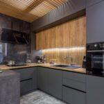 кухонные шкафы до потолка серые и деревянные