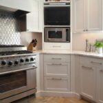 кухонные шкафы до потолка с микровлоновкой