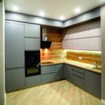 кухонные шкафы до потолка с карнизом