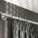 металлические карнизы для штор фото интерьер