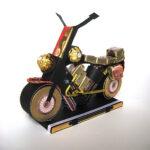 мотоцикл из шоколада и бутылки