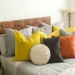 подушка из поролона на кровати