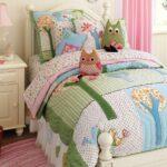 подушка из поролона сова на кровати