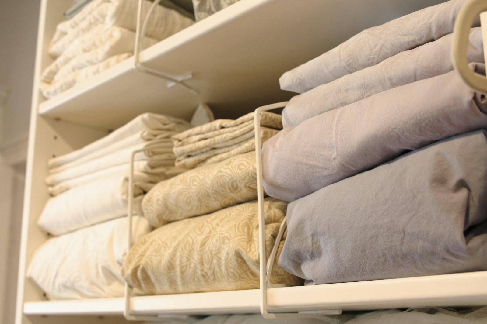 постельное бельё в шкафу