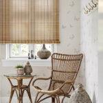 бамбуковые шторы с плетеным креслом