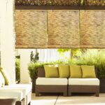 бамбуковые шторы с желтыми подушками