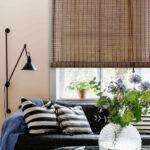 бамбуковые шторы с полосатыми подушками