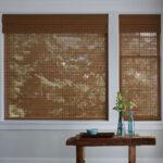 бамбуковые шторы возле стола