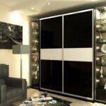 шкаф-купе в гостиной черный со вставкой