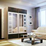 шкаф-купе в гостиной с квадратами