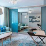 шкаф-купе в гостиной голубой