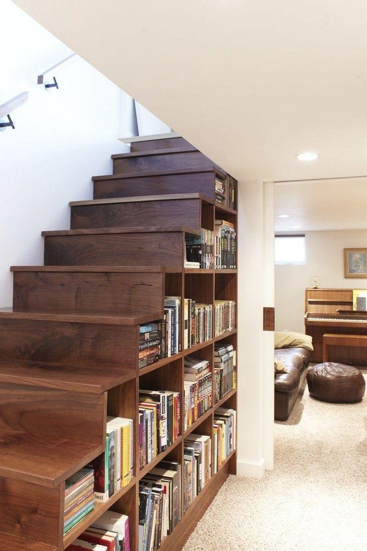 открытые стеллажи под лестницей