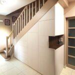 шкаф под лестницей с выемкой