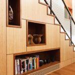шкаф под лестницей с вазами