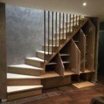 шкаф под лестницей с открытыми дверями