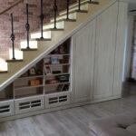 шкаф под лестницей мелкие полки