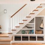 шкаф под лестницей открытый