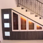 шкаф под лестницей с окнами