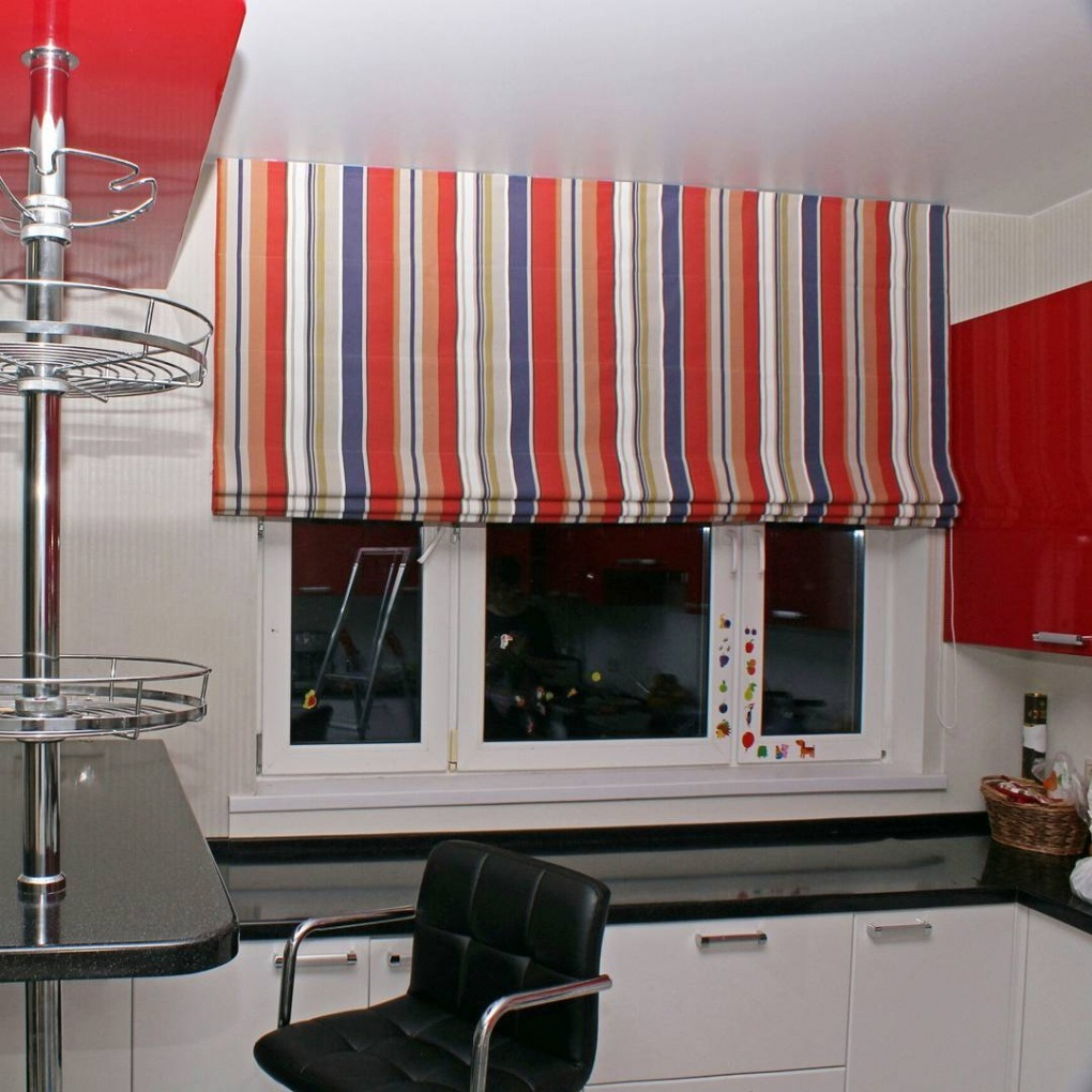 римские шторы в полоску на кухне