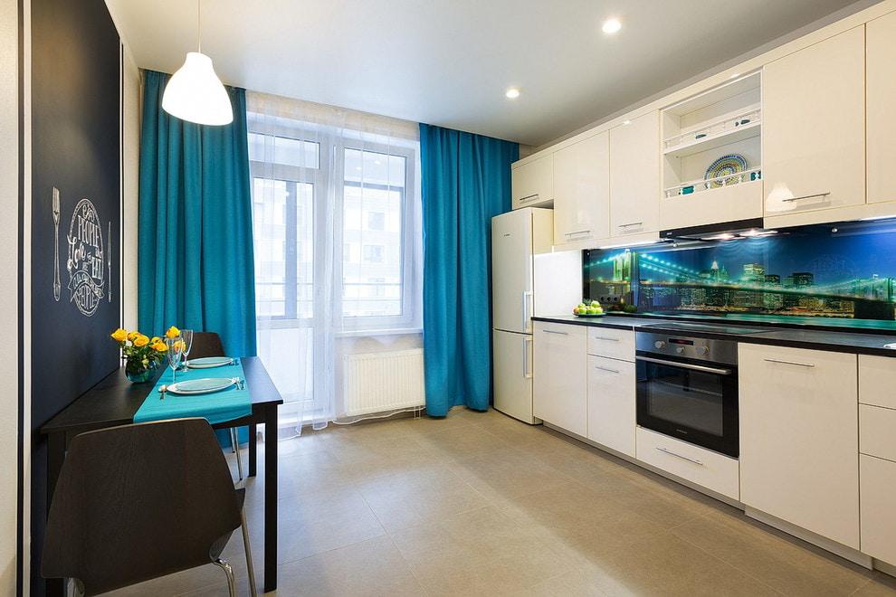 синие шторы на кухне