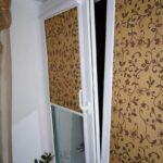 рулонные шторы коричневые с вензелями