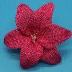 цветок красный вязаный