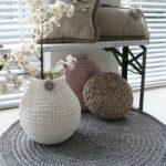 подушки вязаные на столе